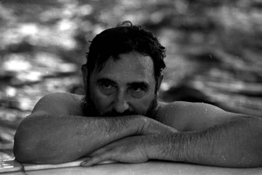 Fidel Castro relaxa em uma piscina durante uma visita à Romênia em maio de 1972