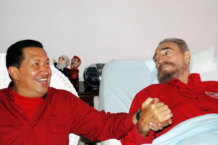 O ex-presidente venezuelano Hugo Chávez durante visita ao ditador cubano Fidel Castro em Havana em agosto de 2006