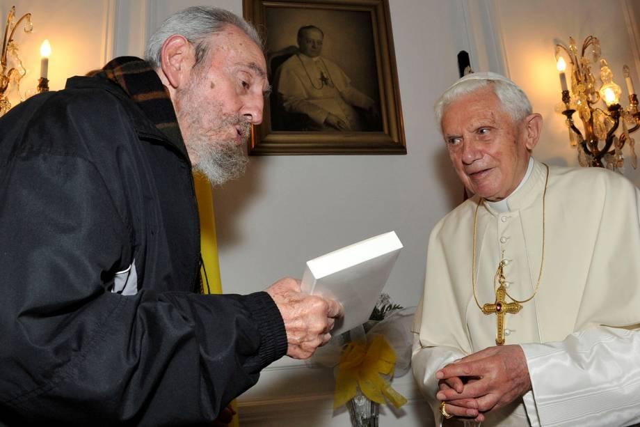 O papa emérito Bento XVI durante encontro com o ex-ditador cubano Fidel Castro em Havana em março de 2012