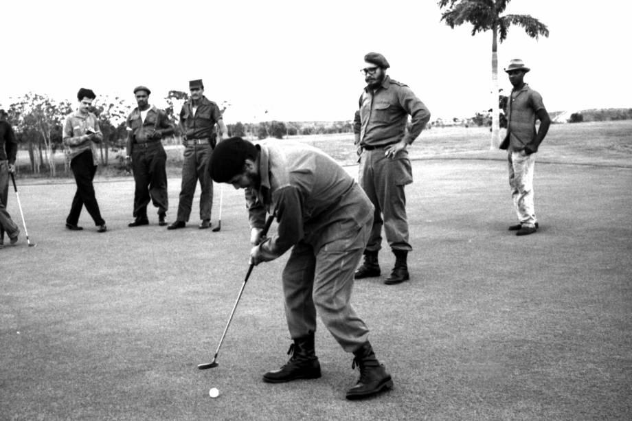 O guerrilheiro argentino Ernesto Che Guevara joga golfe com Fidel Castro em Colina Villareal, Havana