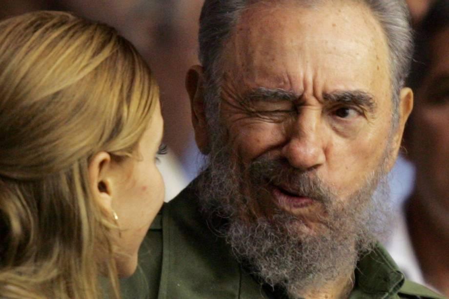 O ex-ditador cubano Fidel Castro dá uma piscada a uma mulher durante cerimônia de graduação de centenas de estudantes de arte cubanos na Cidade Esportiva de Havana em outubro de 2005