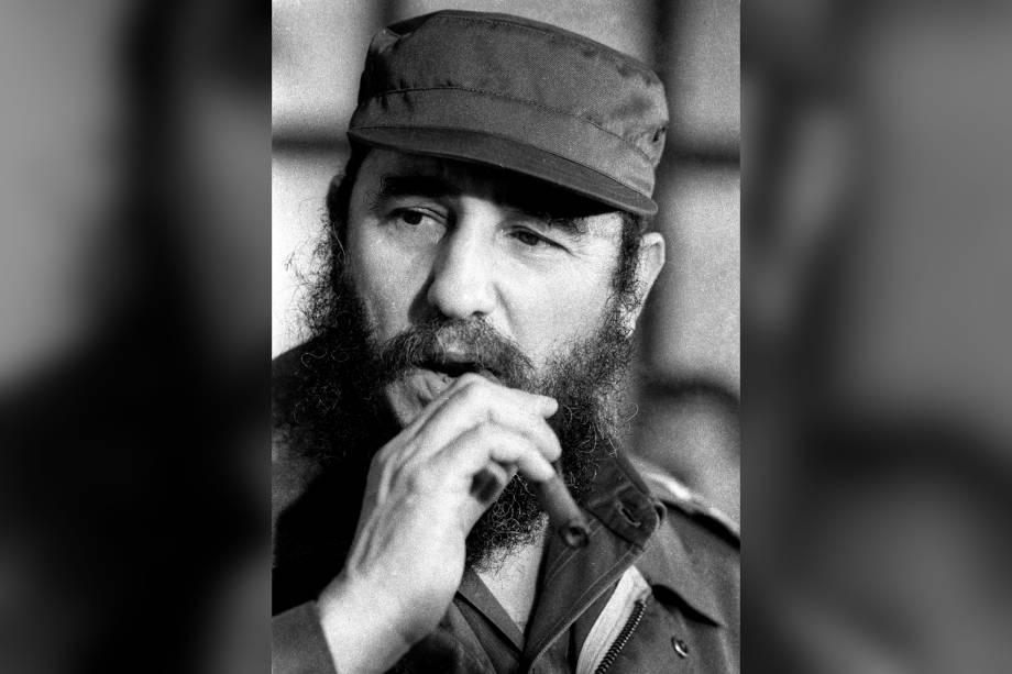O então ditador cubano, Fidel Castro fuma um charuto durante uma reunião da Assembleia Nacional em Havana, em dezembro de 1976
