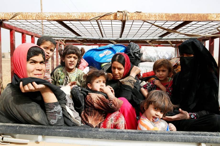 Famílias são deslocadas do vilarejo de Abu Jarboa para fugirem da ofensiva militar contra o Estado Islâmico, próximo à Mosul, no Iraque - 01/11/2016