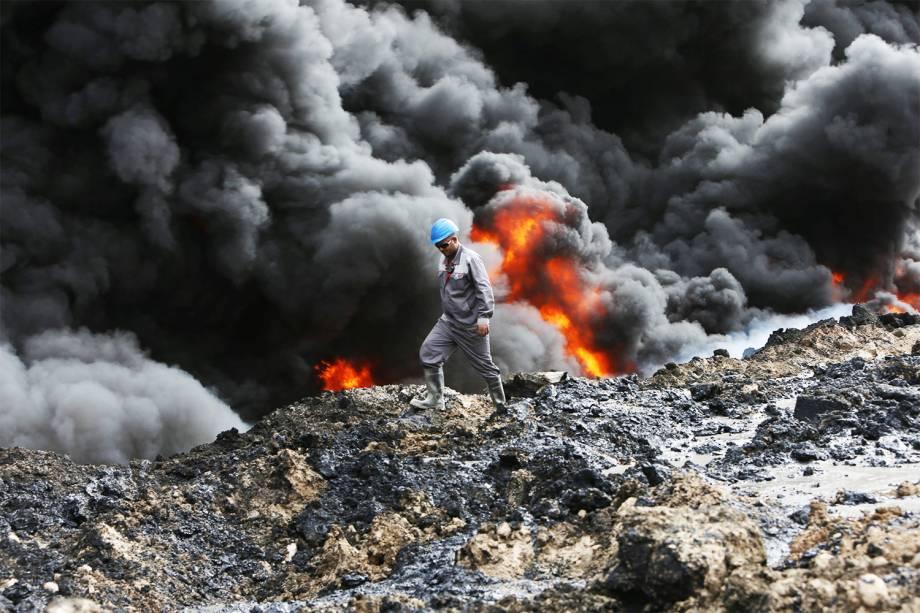 Integrantes do grupo extremista Estado Islâmico incendeiam poços de petróleo, durante confronto com militares em Qayyara, no Iraque - 01/11/2016