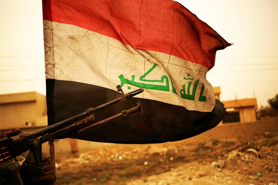 Bandeira iraquiana é vista durante tempestade de areia, em Bartilla, no leste de Mosul - 01/11/2016