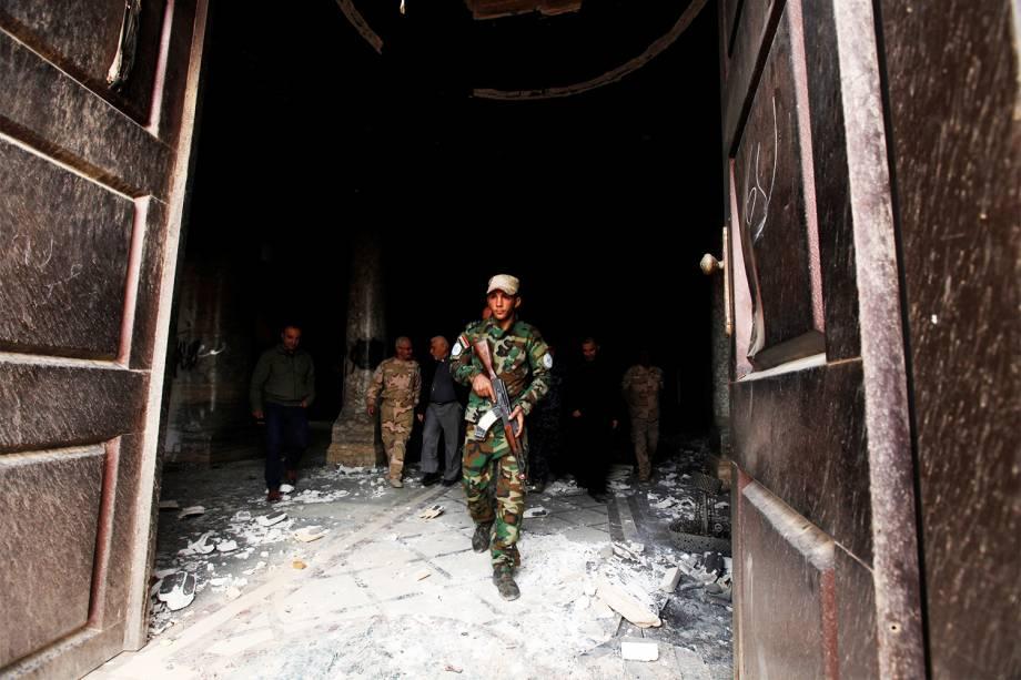 Soldados iraquianos inspecionam edifício destruído por militantes do Estado Islâmico, em Qaraqosh, próximo à  Mosul - 02/11/2016