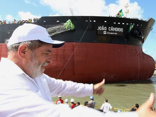 Lula e o navio João Cândido, de casco apedeuta (hehe), em foto de Ricardo Stuckert