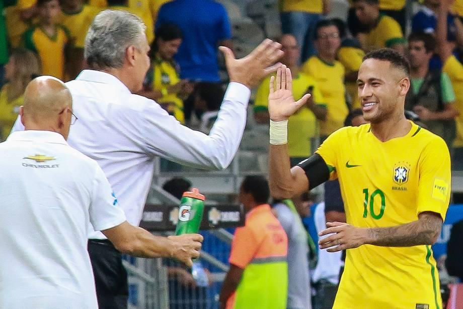 Neymar cumprimenta Tite após marcar o segundo gol do Brasil durante Brasil x Argentina, partida válida pelas eliminatórias da Copa do Mundo 2018, no Estádio Mineirão, Belo Horizonte, MG - 10/11/2016