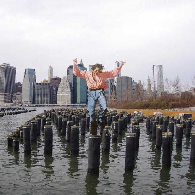 "Figura de ""The Jolly Flatboatmen"", de George Caleb Bingham, caminha pelo Brooklin"