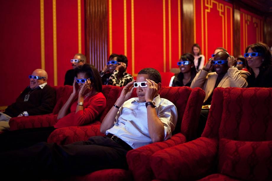 Presidente Barack Obama, Primeira-Dama Michelle e os convidados assistem a comerciais do SuperBowl com óculos para imagens em 3D - 01/02/2009