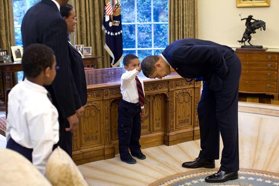 Funcionário temporário da Casa Branca, Carlton Philadelphia, trouxe sua família para o Salão Oval, da Casa Branca. O filho pediu para tocar a cabeça do Presidente Obama, para ver se se parecia com o seu corte de cabelo - 08/05/2009