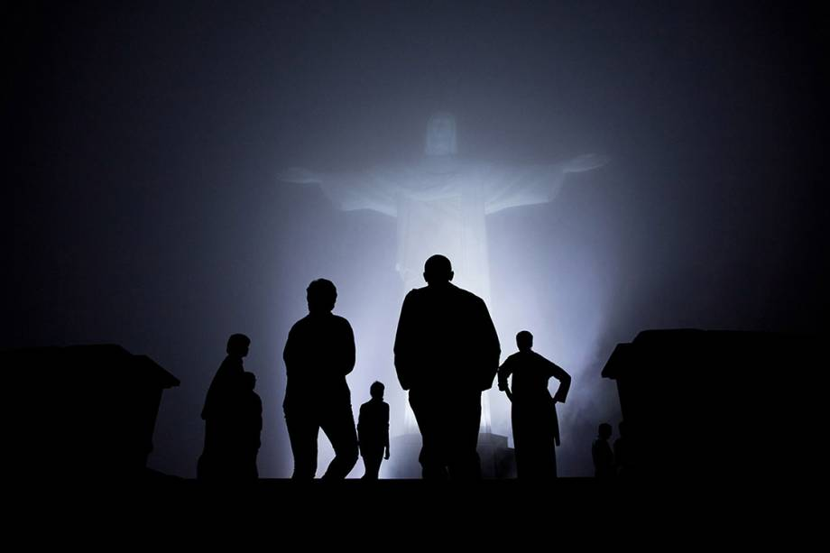 Família Obama visita o Cristo Redentor, no Rio de Janeiro, durante uma noite enevoada - 20/03/2011