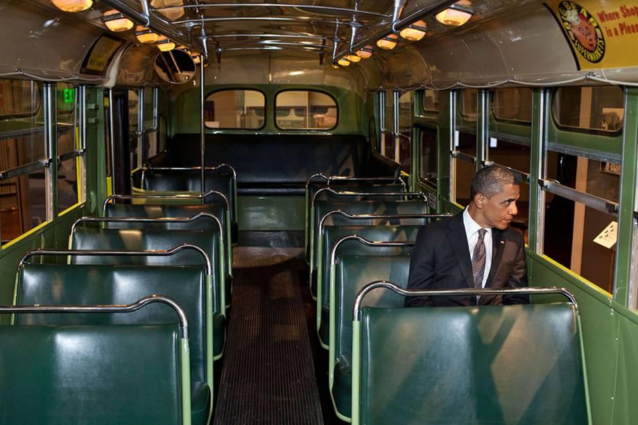 Durante visita ao museu Ford, em Michigan, Presidente Barack Obama entrou em um dos modelos antigos de ônibus, sentou e olhou por alguns segundos pela janela - 18/04/2012