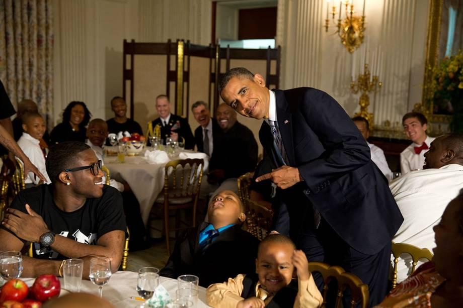 Barack Obama posa fazendo piada com garoto que dormiu durante evento de Dia dos Pais na Casa Branca - 14/06/2013