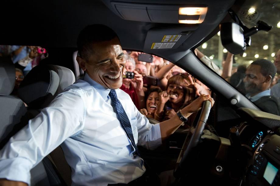 Obama, após visita a uma fábrica da Fors, no Kansas, preferiu dirigir o carro que o levaria para cumprimentar os funcionários que o esperaram do lado do motorista do carro. - 20/09/2013