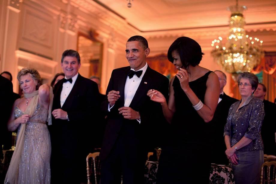 Presidente Barack Obama and primeira-dama Michelle Obama dançam juntos durante o Baile dos Governadores, Salão Leste da Casa Branca - 21/02/2010