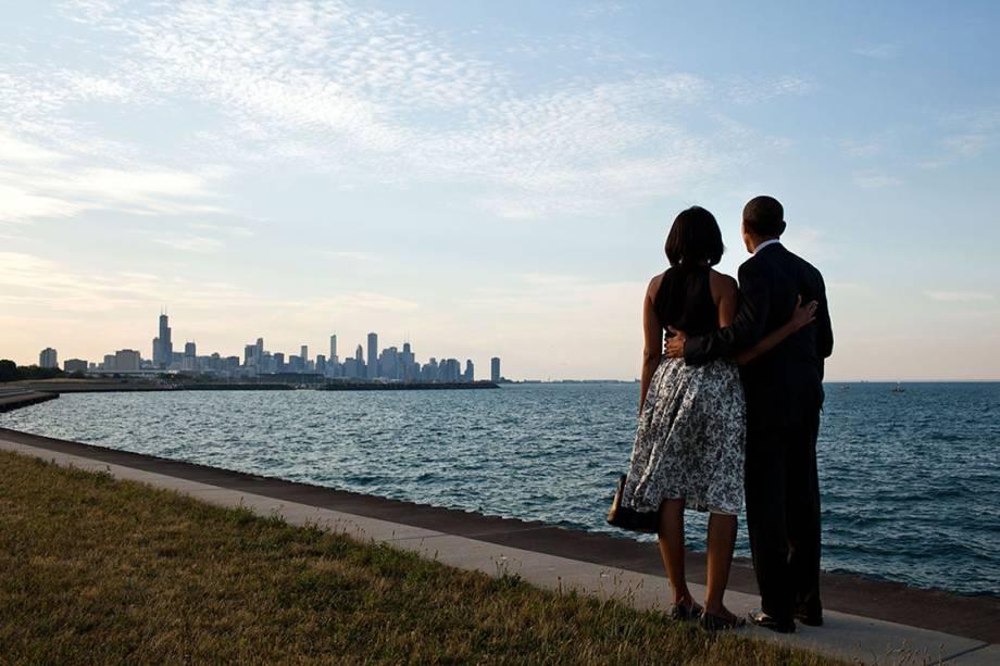 Michelle Obama e Barack Obama param um minuto para observar a paisagem no Lago Michigab, em Chicago - 15/06/2012