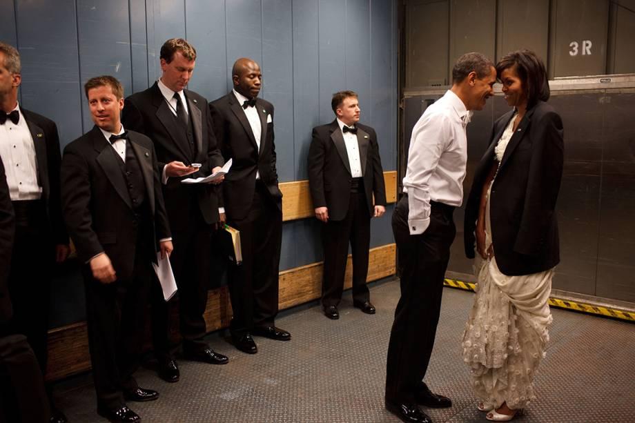 Presidente Obama e primeira-dama, Michelle, compartilham momento íntimo em um elevador de carga no Baile de Inauguração em Washington - 20/01/2009