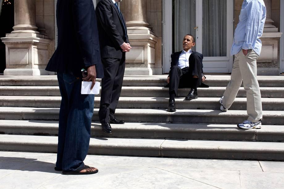Barack Obama sentado na soleira da casa do embaixador norteamericano em Paris, pouco antes de retornar a Washington - 07/06/2009