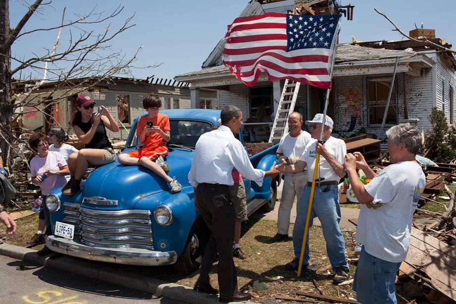 Barack Obama cumprimenta moradores da região de Joplin, no Missouri, depois de um tornado atingir a região - 29/05/2011