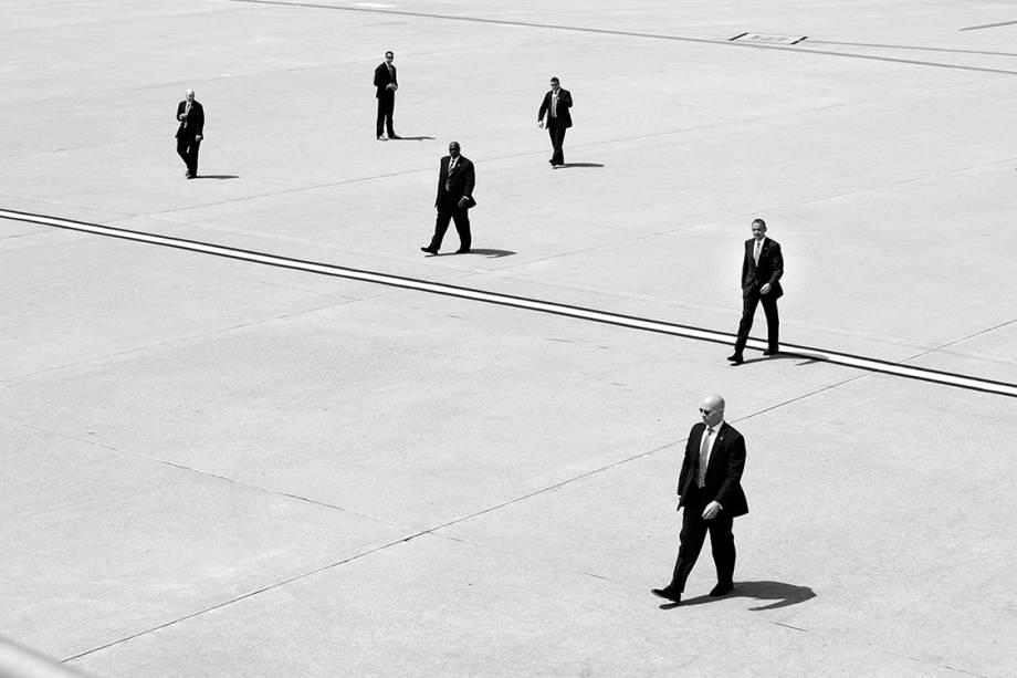 Barack Obama no aeroporto internacional de Los Angeles rodeado por agentes do Serviço Secreto norteamericano - 08/05/2014