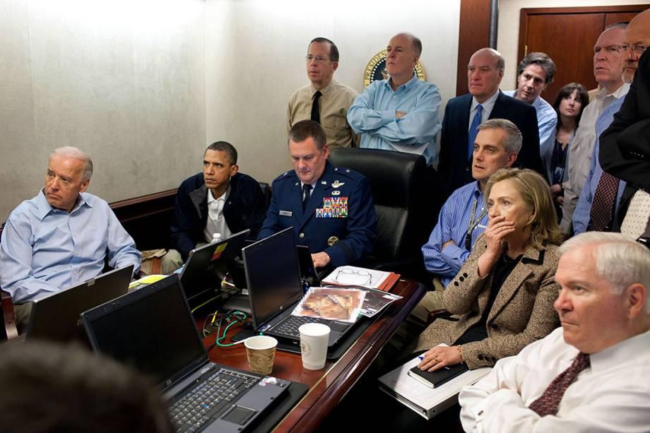 Time de Segurança Nacional dos Estados Unidos acompanha missão que prendeu e executou o terrorista Osama Bin Laden. As reuniões geralmente acontecem em salas maiores mas Obama escolheu esta sala menor e sentou ao lado do Brigadeiro Marshall Brad Webb, Comandante Geral da Unidade de Operações Especiais dos Estados Unidos