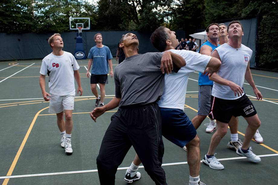 Barack Obama joga basquete com membros do Congresso em uma pequena quadra nos arredores da Casa Branca - 08/10/2010