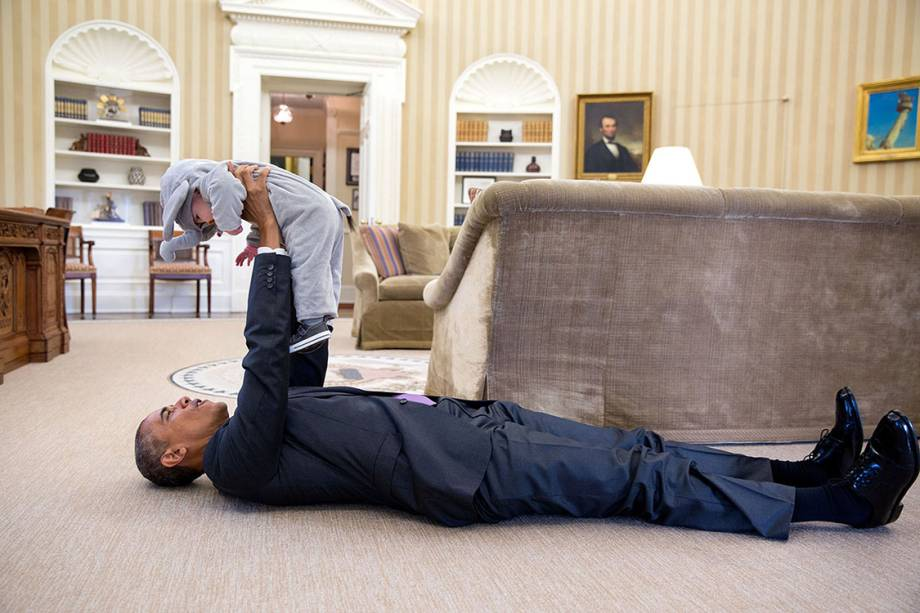 Presidente Barack Obama brinca com a pequena Ella Rhodes, filha do deputado Ben Rhodes, durante evento de Halloween na Casa Branca - 30/10/2015