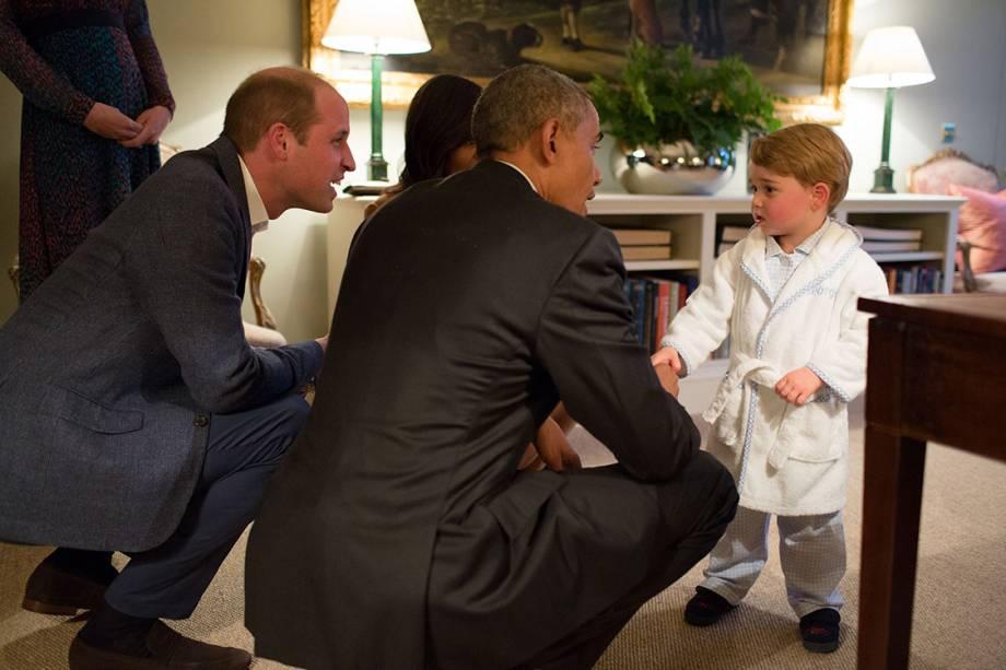 Michelle e Barack Obama conhecem o Príncipe George durante visita ao Palácio de Kensington, em Londres - 22/04/2016