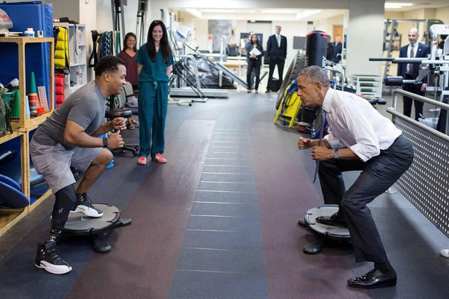 """Presidente Barack Obama participa de treino de agilidade com John """"Jae"""" Terry no Centro Hospitalar Militar Walter Reed, em Bethesda"""