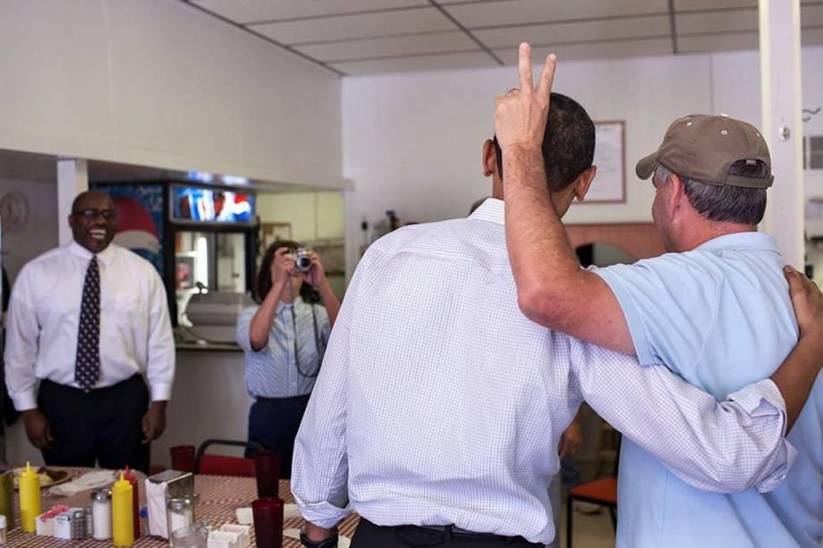 Obama posa com com dono de restaurante durante visita ao Missouri