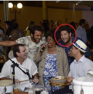 Ronnie, com Eduardo Paes, Pedro Paulo (de chapéu) e sambistas: família na prefeitura do Rio