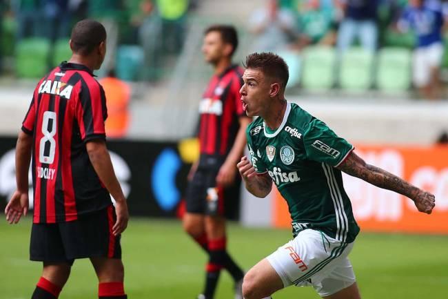 Roger Guedes, do Palmeiras, comemora gol sobre o Atlético PR, pela 1ª rodada do Campeonato Brasileiro, em São Paulo