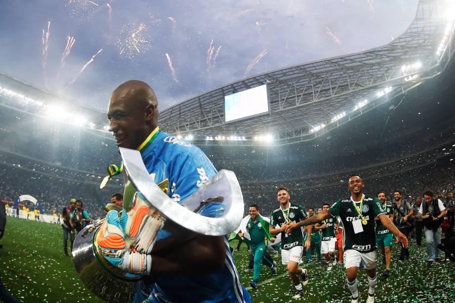O goleiro Jailson comemora o título do Campeonato Brasileiro, após partida contra a Chapecoense, em São Paulo
