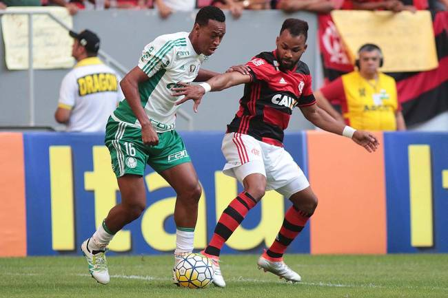 Os jogadores Fabrício, do Palmeiras, e Fernandinho, do Flamengo, durante a 6ª rodada do Campeonato Brasileiro, em Brasília