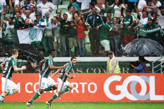 Cleiton Xavier, do Palmeiras, comemora após marcar gol sobre o Internacional, em São Paulo