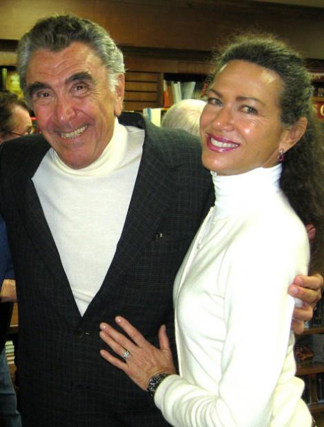 E. Duke Vincent e Pamela Hensley em meados de 2014. (Foto: CelebrateGreece.com)