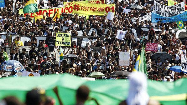 Manifestação em frente à Esplanada dos Ministérios: contra a sem-vergonhice do mensalão e do governo do DF (Foto: Pedro Ladeira/AFP)