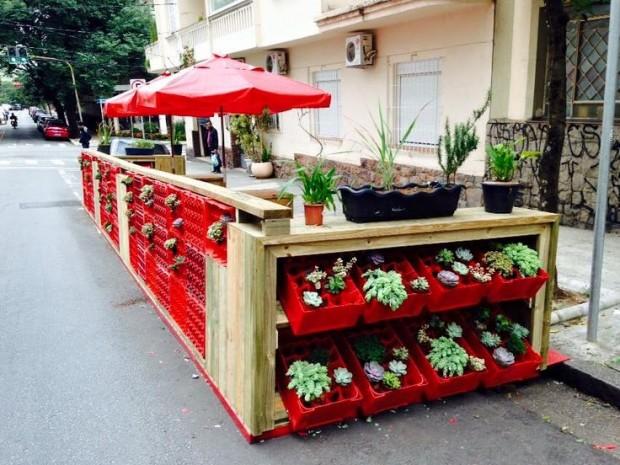 Parklet da Brahma instalado na Zona Sul de São Paulo: engradados foram usados como suporte de plantas (Fotos Arquivo IMV)