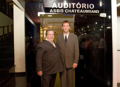 Paulo Masci de Abreu, que se oferece para ser o patrão de Dirceu, é o senhor à esquerda
