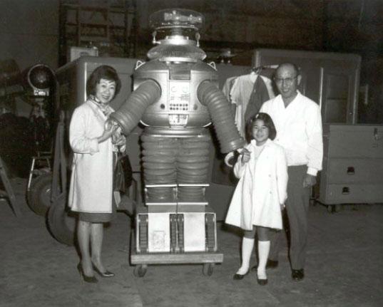 Com a esposa e a filha nos bastidores da série 'Perdidos no Espaço', ao lado de sua criação, o Robô. (Foto: pythononline)
