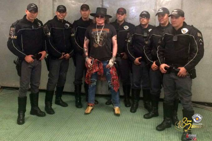 Página da polícia militar de São Paulo posta foto com o cantor Axl Rose