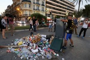 Lixo e cusparadas para o assassino de Nice: e também apoio a medidas mais duras contra o terror