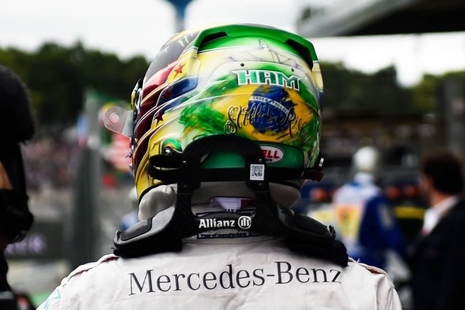 Detalhe do capacete do piloto britânico Lewis Hamilton, após conquistar a pole-position no GP do Brasil de Fórmula 1, realizado no Autódromo de Interlagos, zona sul de São Paulo (SP) - 12/11/2016