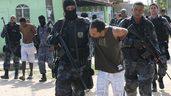 Traficantes são presos durante operação policial do Bope com o Batalhão de Choque, na favela de Antares, no Rio de Janeiro (Jadson Marques/AE)