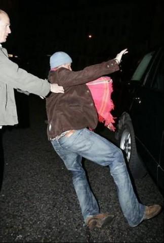 Príncipe Harry se atrapalha ao tentar entrar no carro, depois de uma noite de folguedos