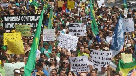Pelo menos 10 mil pessoas pediram democracia; uns poucos idiotas é que pregaram golpe (Felipe Rau/Estadão)