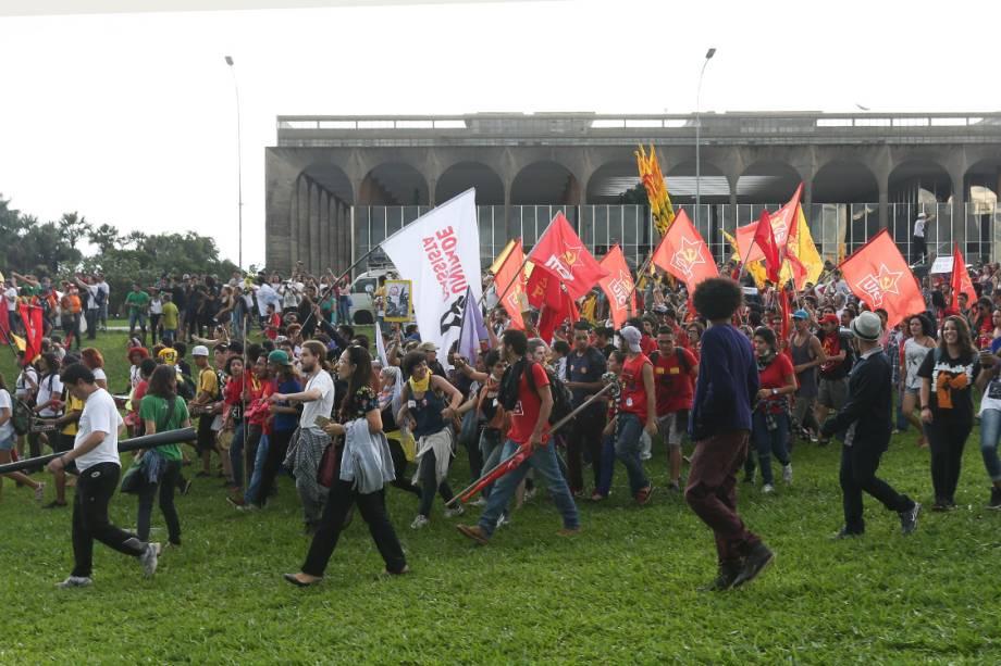 Estudantes, caminhoneiros, índios e outros grupos protestam na Esplanada dos Ministérios