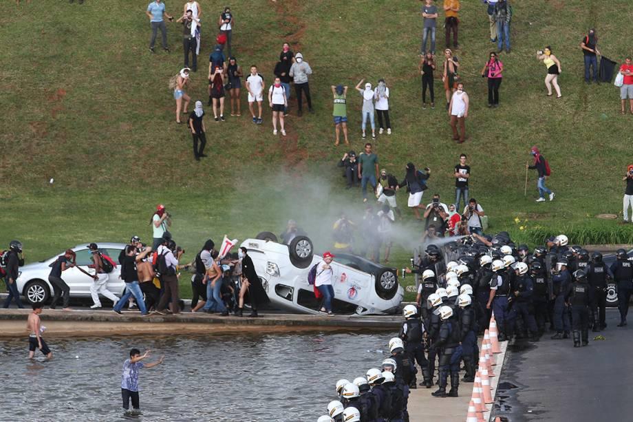 Manifestantes tombam carro da Record e entram em confronto com a polícia em frente a Esplanada dos Ministérios, em Brasília