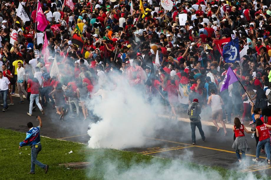 Manifestantes entram em confronto com a polícia em frente a Esplanada dos Ministérios, em Brasília